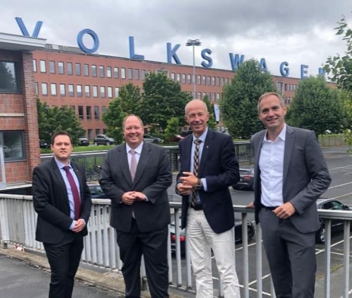 Bundestagskandidat Armin Schwarz und Bürgermeisterkandidat Sebastian Stüssel mit Kanzleramtsminister Helge Braun zu Besuch bei VW